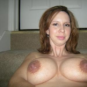 Frau mit großen Brüsten nackt in der Badewanne
