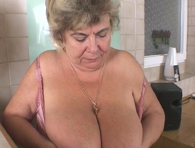 Oma mit großen Brüsten