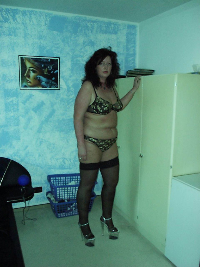 dicke Hausfrau in Unterwäsche