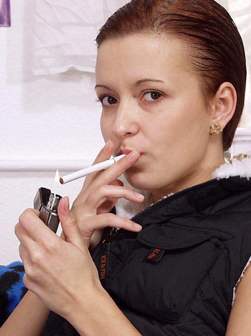 rauchende Brünette